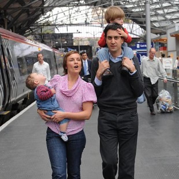 Labour leader Ed Miliband, arriving in Liverpool with his family for the party conference, has unveiled plans to reduce the tuition fees cap